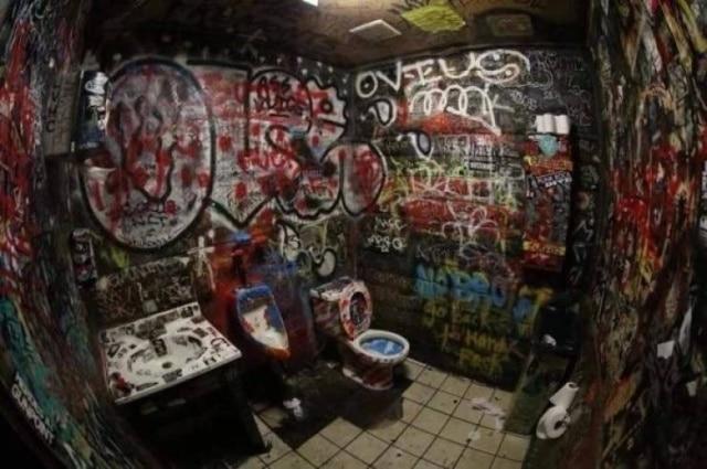 туалет в граффити