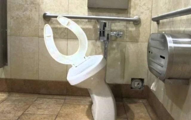 перекошенный туалет