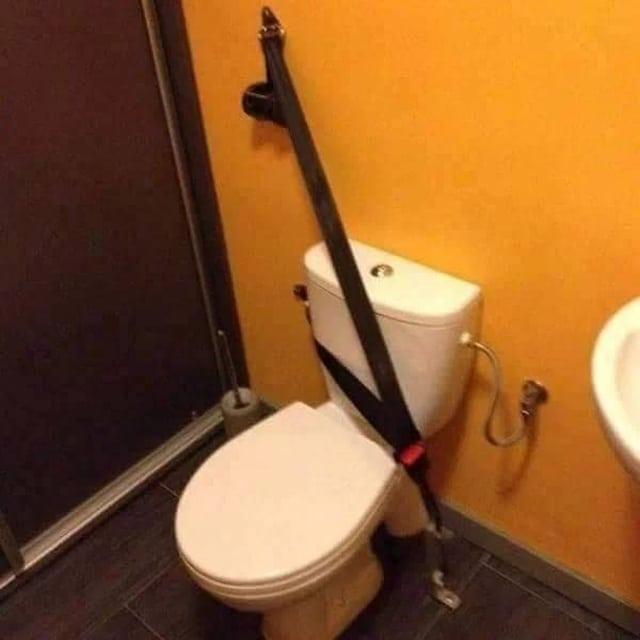 туалет и ремень безопасности