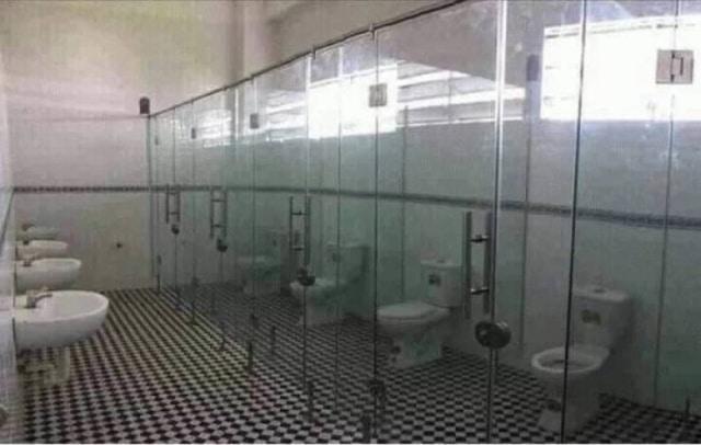 прозрачные кабинки туалета