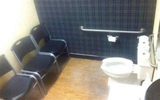 унитаз и стулья