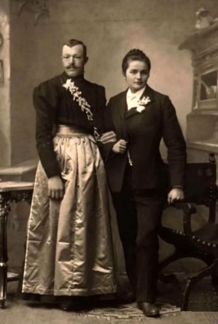мужчина и женщина в необычных нарядах