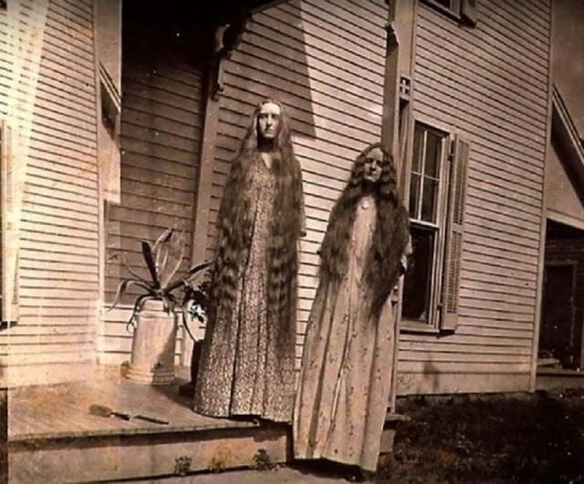 странные девушки с длинными волосами