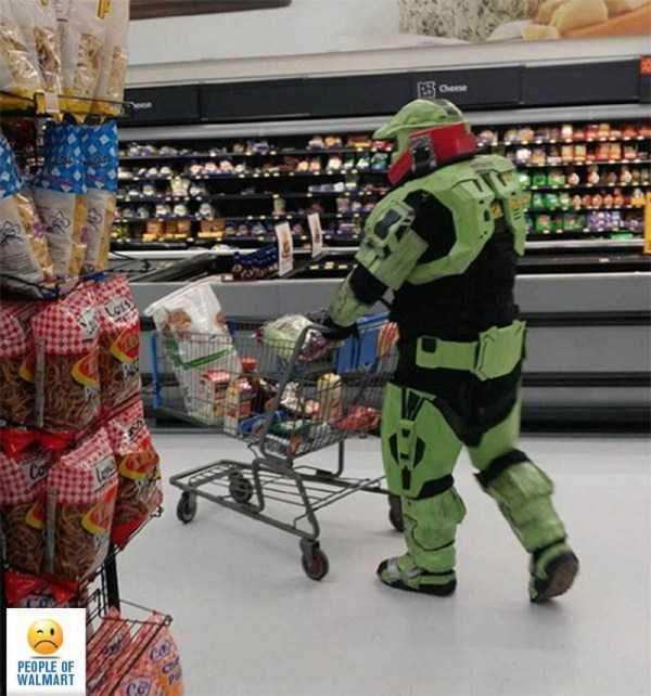 мужчина в костюме робота