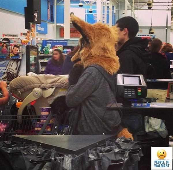 покупатель на кассе в супермаркете