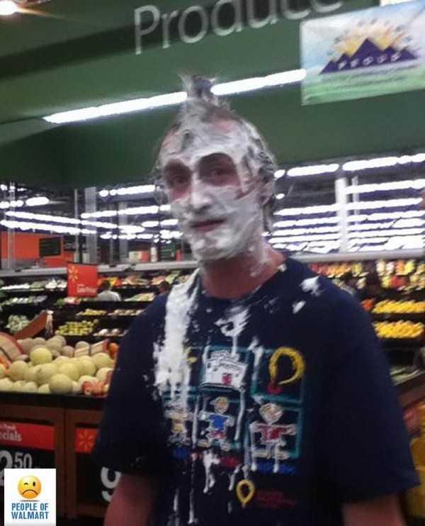 парень в супермаркете