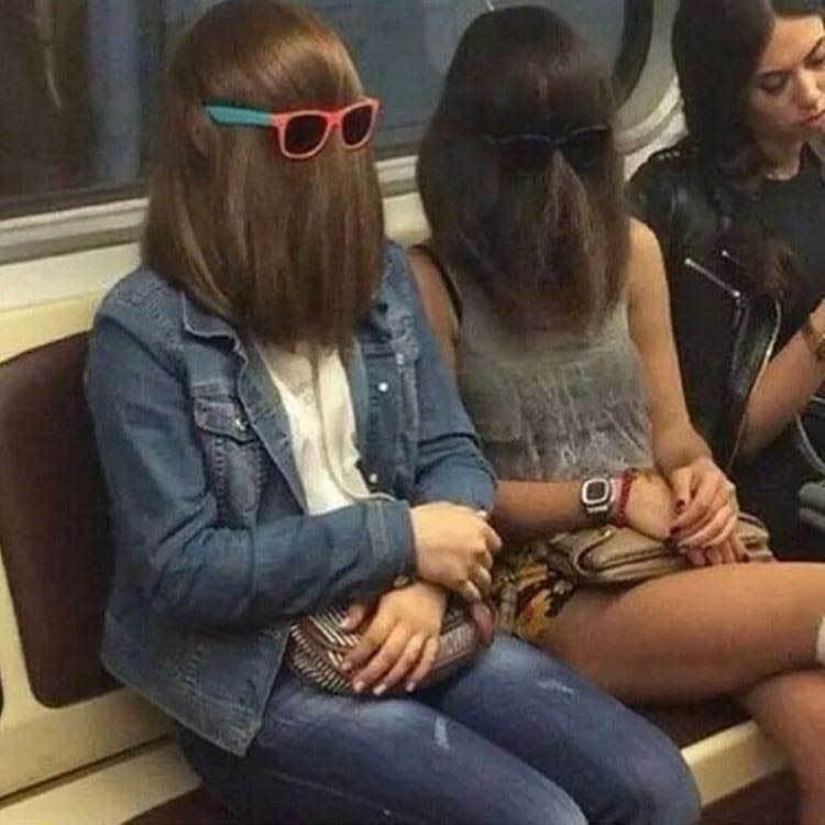 странные девушки в метро