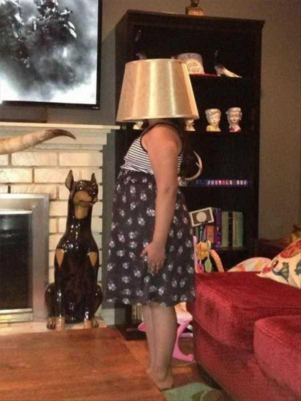 женщина с абажуром на голове