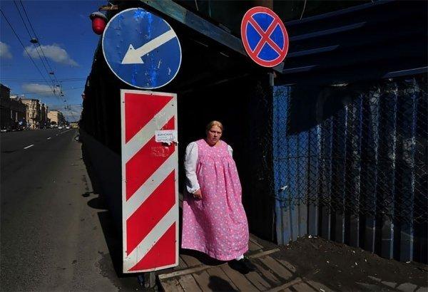 женщина в сарафане