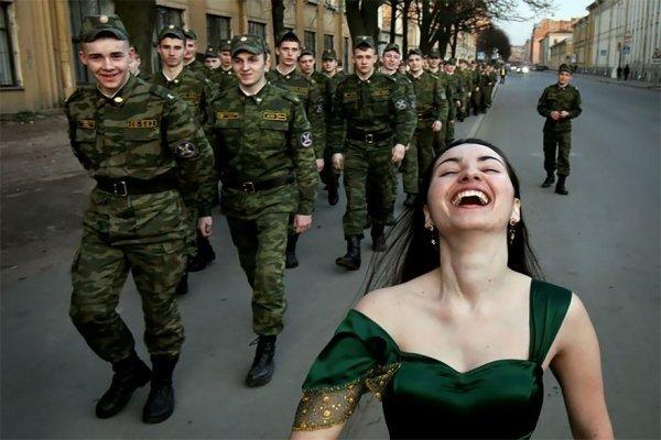 девушка на фоне призывников