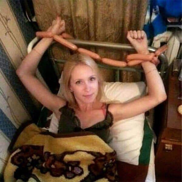 девушка привязана к кровати сосисками