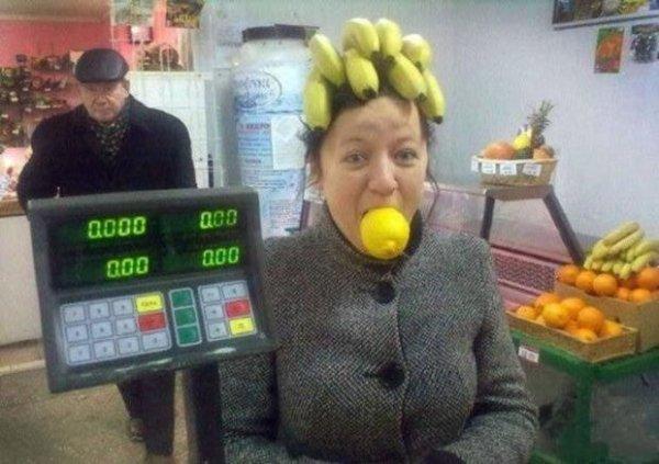 женщина с бананами на голове