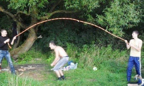 парень прыгает через связку сосисок