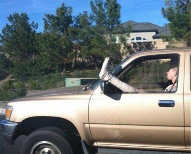 мужчина с переломанной ногой в авто