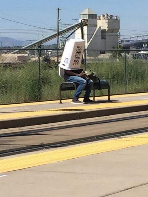 человек с корзиной на голове
