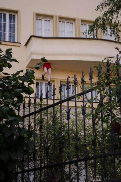 человек провалился в пол балкона