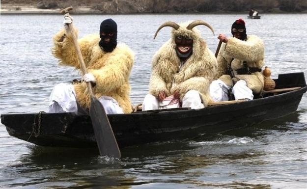 мужчины в костюмах овец в лодке