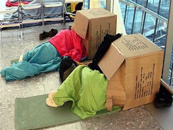 люди спят на полу головой в коробке