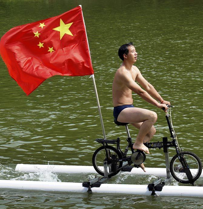 мужчина на водном велосипеде