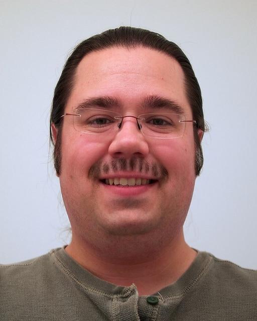 мужчина со странными усами