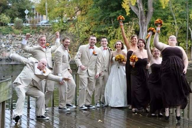 коллективное свадебное фото на мосту