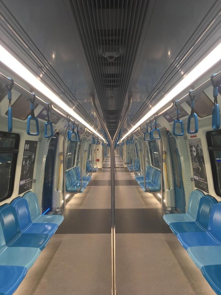 пустой вагон метро