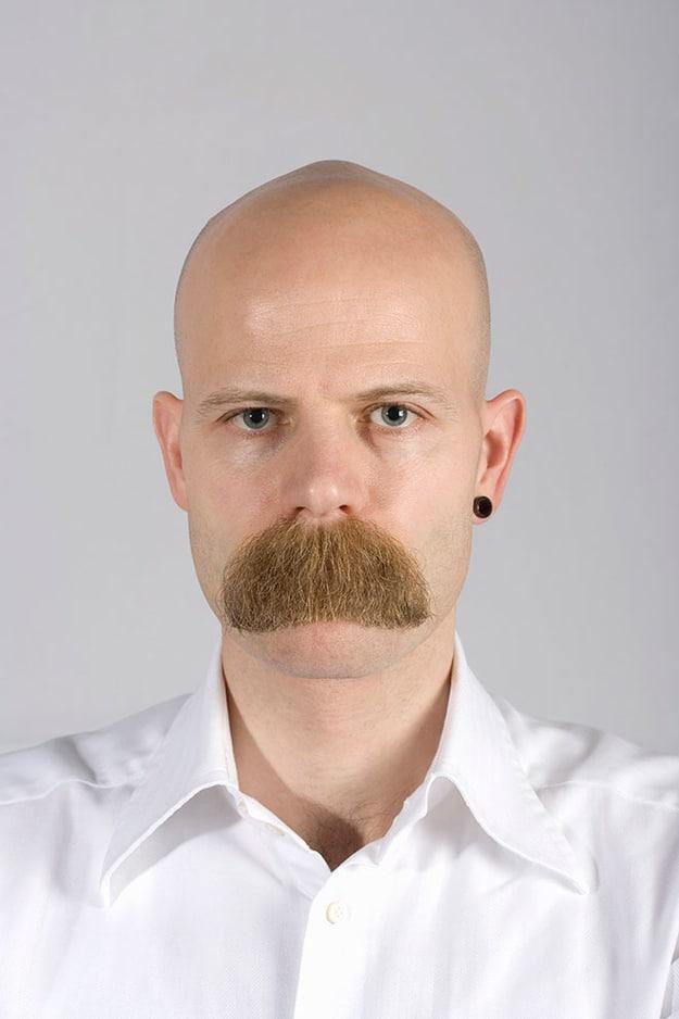 мужчина с необычными усами