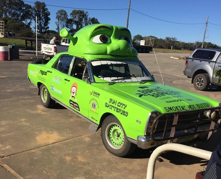 зеленое авто с головой шрека на крыше