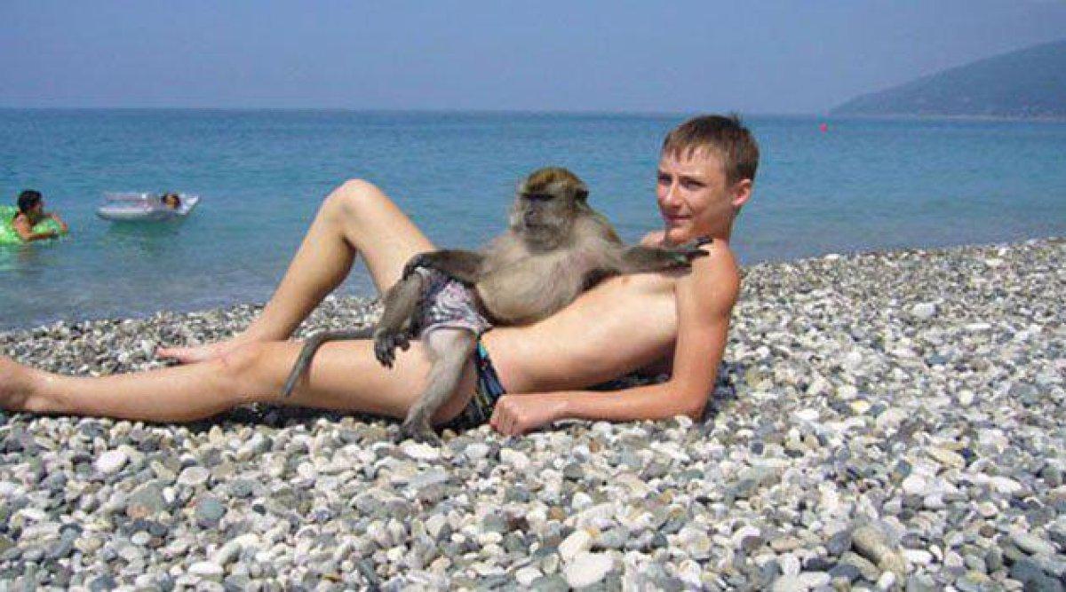 парень с обезьяной на пляже