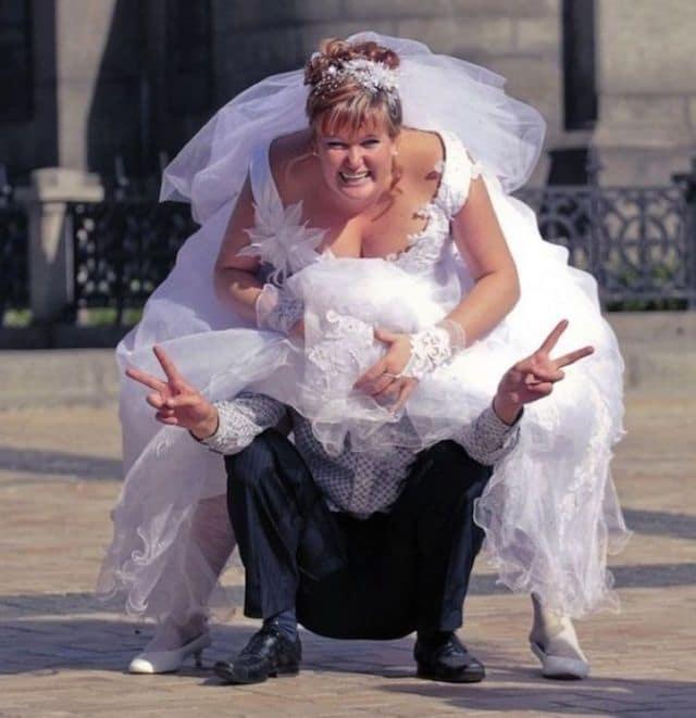 невеста сидит на женихе