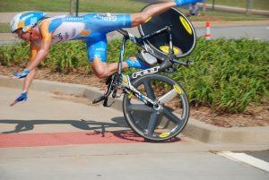 велосипедист падает на асфальт