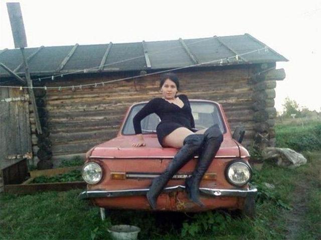 девушка сидит на запорожце