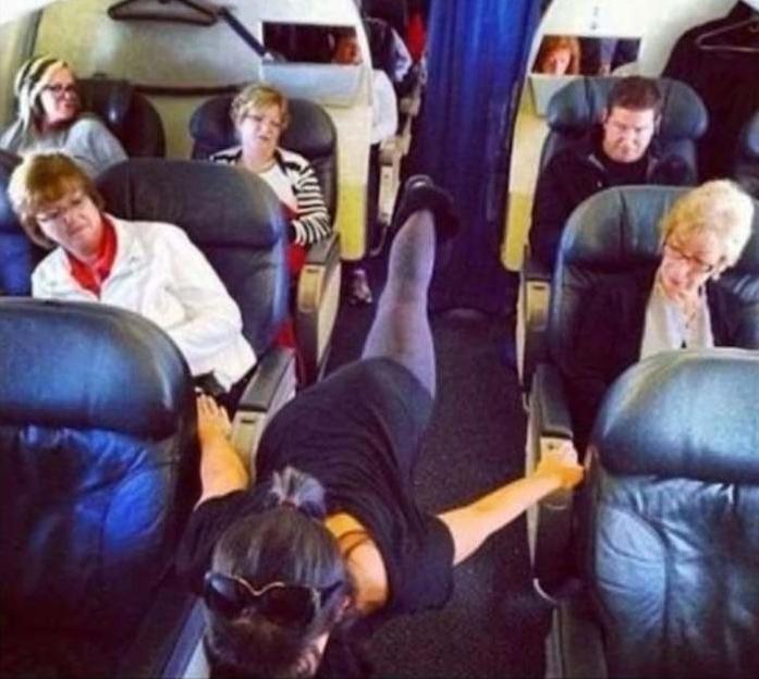 девушка в проходе самолета