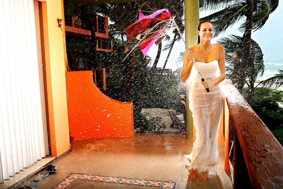 невеста со сломанным зонтом