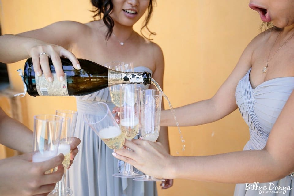 свидетельница наливает шампанское