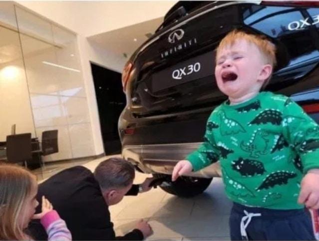 мальчик плачет рядом с машиной