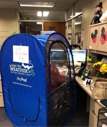 синяя палатка в офисе