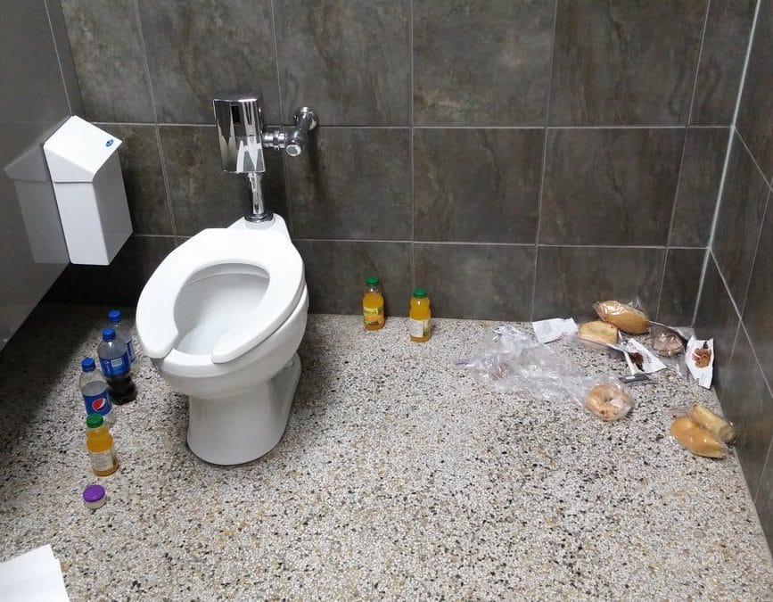 еда в туалете