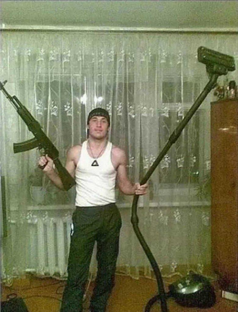 парень с пылесосом и винтовкой