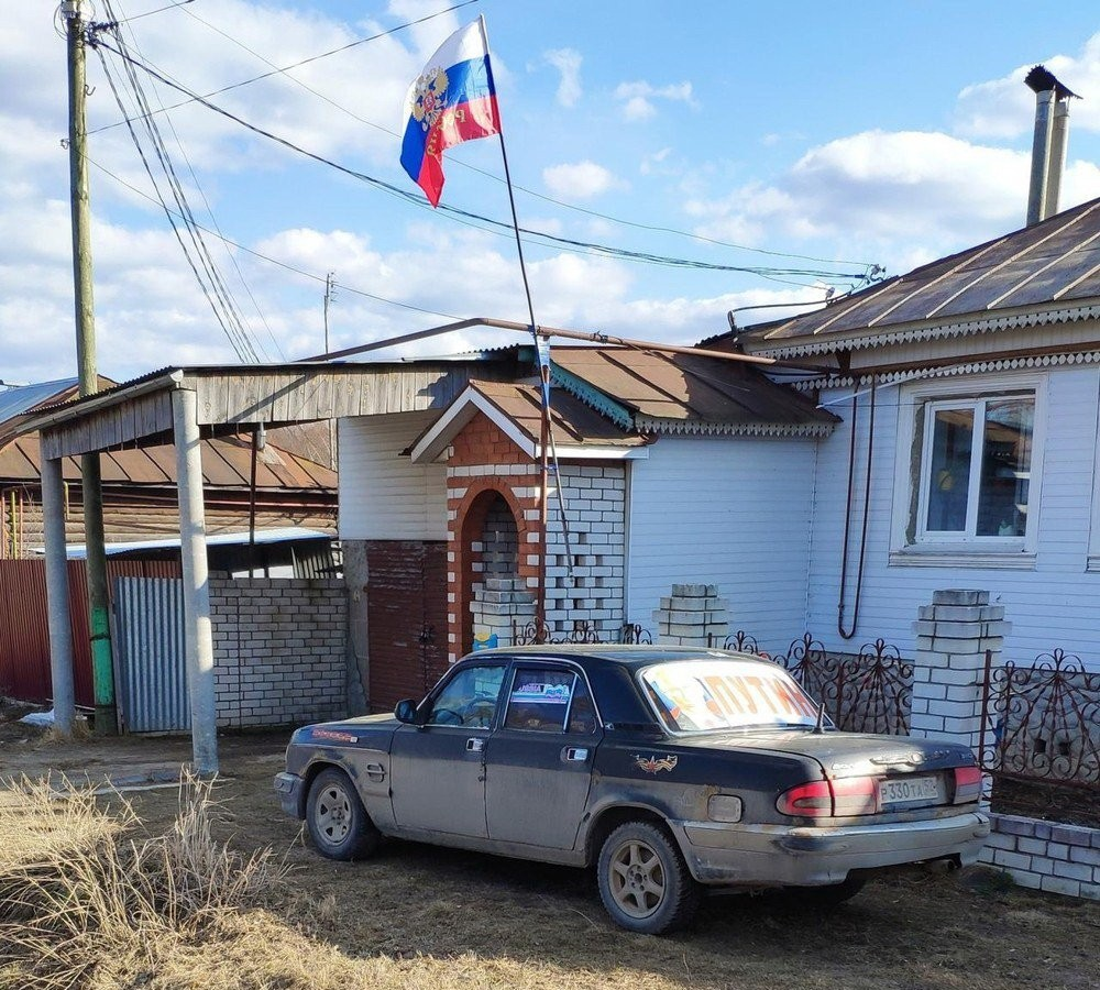 дом с флагом