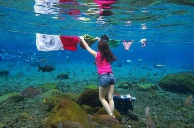 девушка вешает белье в воде