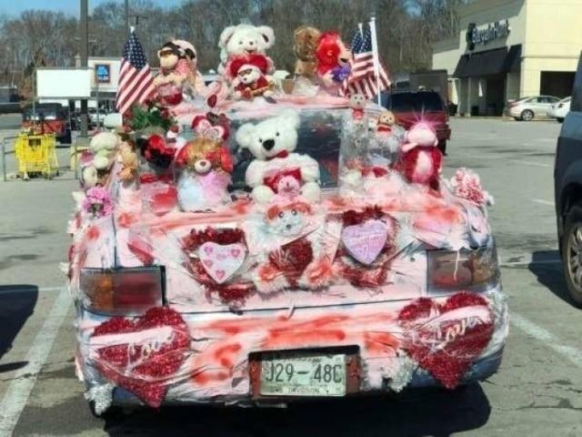 машина с сердцами и мягкими игрушками