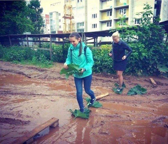 девочки идут по грязи