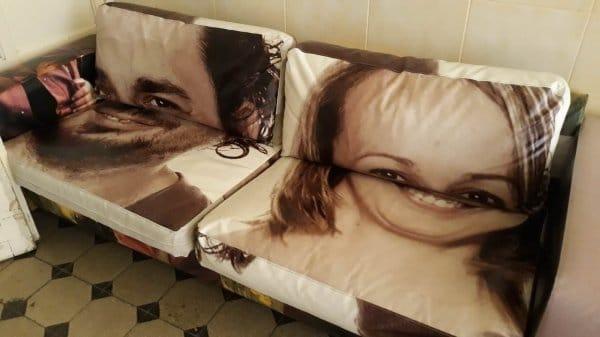 диван с портретом мужчины и женщины