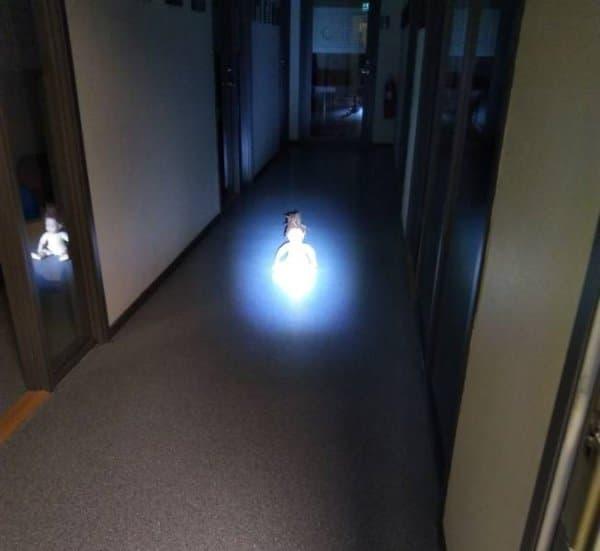 кукла в луче света в темноте