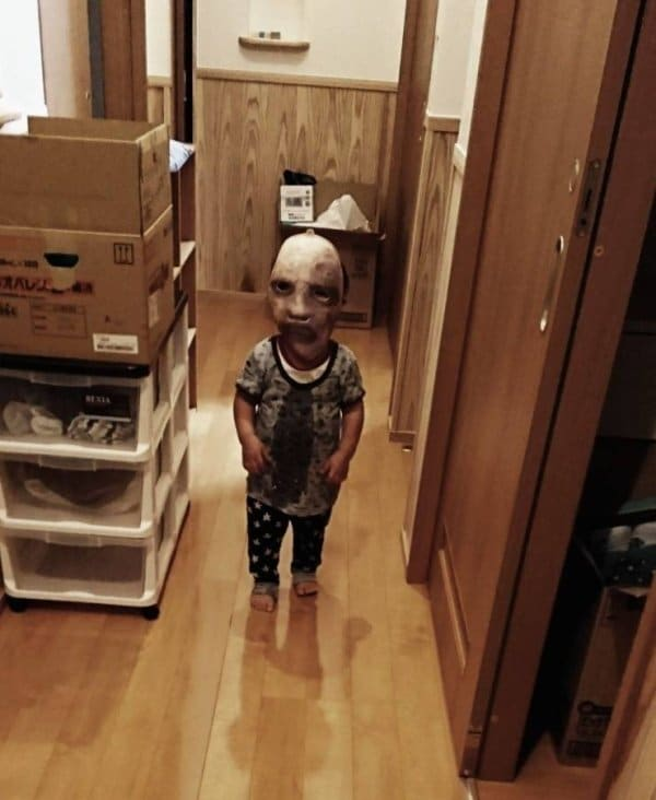 ребенок в страшной маске