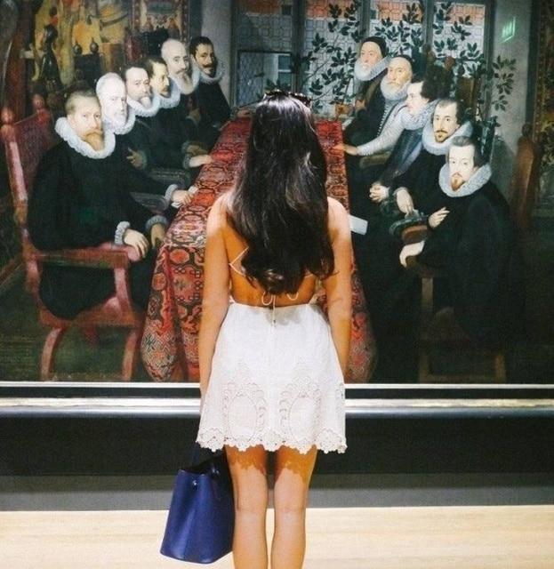 девушка и картина
