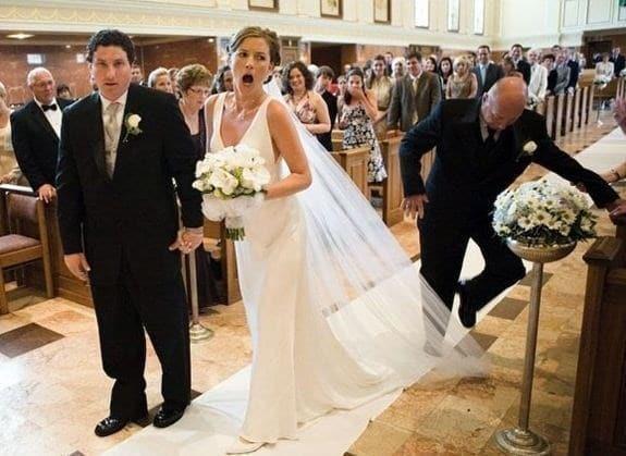 мужчина наступил на фату невесты