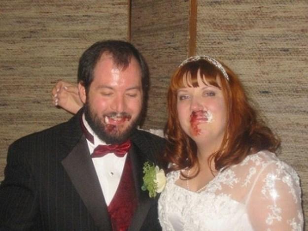 жених и невеста с разбитыми лицами