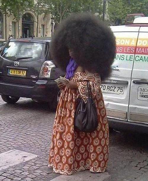 женщина с объемными волосами
